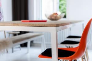 Eiken tafel met wit stalen frame
