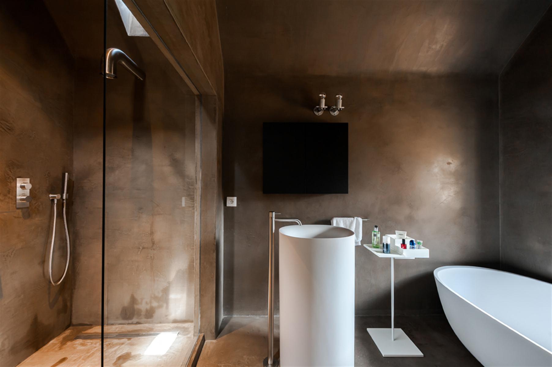 Binnenkijken in knokke heist the neverending house - Warme badkamer ...
