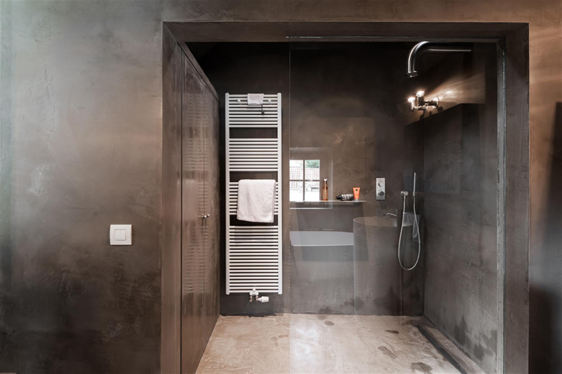Binnenkijken in knokke heist the neverending house - Slaapkamer met badkamer en dressing ...